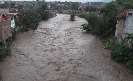 Sungai Cimanuk Membludak Deras.