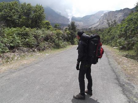 Pendaki Pemula di Gunungapi Papandayan.