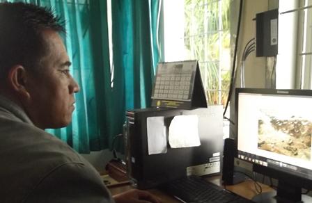 Memonitor Produk CCTV.