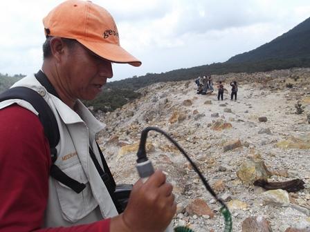 Kepala Pos Pengamatan Gunungapi Papandayan, Momon Bersama Tim PVMBG Memasang Tiga Jenis Perangkat Baru di Gunungapi Papandayan.