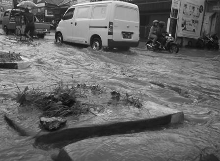 Lintasan Jalan Otista Garut Juga Dibanjiri Derasnya Luapan Dari Drainase.
