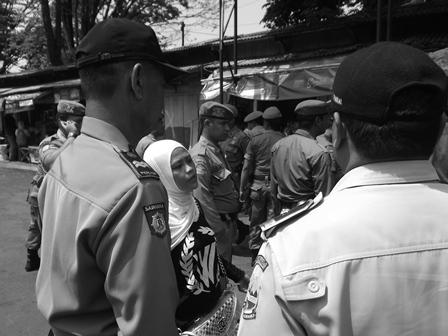 Seorang Ibu Nyaris Menangis Mengadukan Nasibnya Kepada Kepala UPTD Terminal.