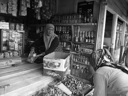 Pedagang Tak Pernah Berjualan Miras Ini Bergegas Mengemas Dagangannya Sebelum Kiosnya Dibongkar, Masihkah Aparat Memiliki Hati.