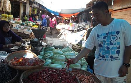 Akhmad Wahyudin, SE Pantau Langsung Perkembangan Harga di Pasar Ciawitali Guntur.