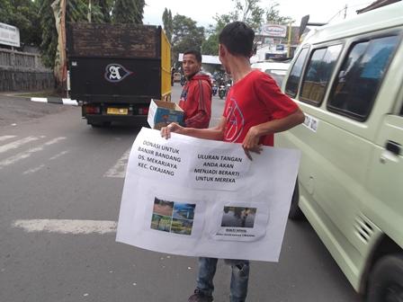 Kepedulian Mahasiswa STIE Yasa Anggana, Rabu (10/12-2014).