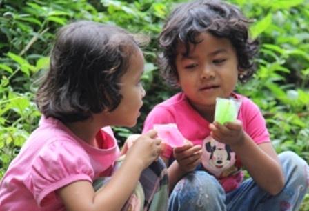 Anak-Anak Berbagi Makanan.