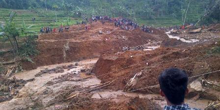 Ribuan warga masih memadati lokasi longsor di Dusun Jemblung, Sampang, Banjarnegara, Senin (14/12/2014) sore. Mereka ingin melihat proses evakuasi secara langsung. (KOMPAS.com/ NAZAR NURDIN).