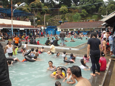 Pemandian Cipoanas Diserbu Ratusan Hingga Ribuan Pengunjung, Sabtu (03/01-2014).