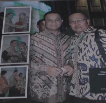 Dadang Johar Arifin Bersama Menteri Pendidikan Anis Baswedan, Seusai Menyerahkan Penghargaan Sekolah Adiwiyata Nasional Bagi SMKN 1 Garut di Jakarta, 22 Desember 2014. (Foto Repro : John Doddy Hidayat).