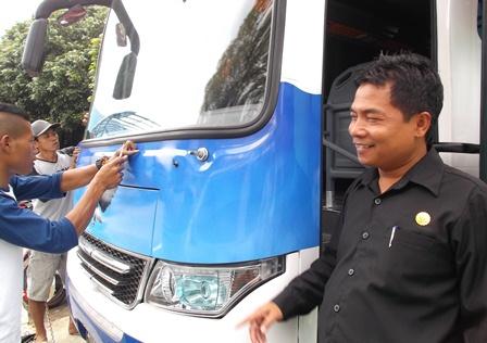 """Puji Santoso Juga Senantiasa """"Concern"""" Memeriksa Kesiapan Bus Sekolkah Milik SMKN 1 Garut."""