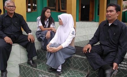 Isep Saepudin (berkacamata) Guru BP SMKN 1 Garut, Humanis dan Edukatif Memberi Jasa Layanan Konsultasi Setiap Seluruh Muridnya.