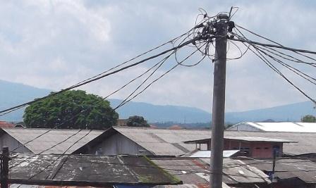 Segera Dilakukan Penataan Jaringan Kabel Listrik.