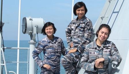 Perempuan cantik yang merupakan Serda Azmiatul Hasanah, Serda Rizka Aulia Hardi dan Serda Tri Kusmawardani dalam Korps Wanita Angkatan Laut (Kowal) yang bertugas di KRI Banda Aceh, Semarang, 5 Januari 2015. Tempo/Dian triyuli handoko.