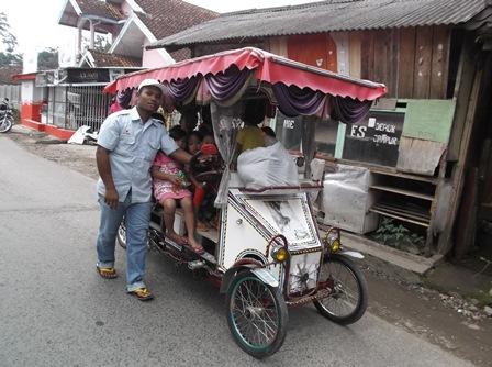 Menuntun Kereta Lintasi Jalan Desa.