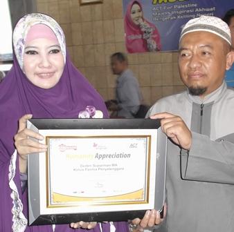 Peggy Melati Sukma Menyampaikan Apresiasi Positip Terhadap Panitia Penyelenggara di Garut, Diterima Deden Suparman, M.A.