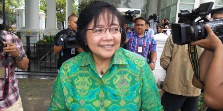 Ketua DPP Partai Nasdem Siti Nurbaya Bakar ke Istana Merdeka, Rabu (22/10/2014) siang, untuk bertemu Presiden Joko Widodo.(KOMPAS.com/FABIAN JANUARIUS KUWADO).
