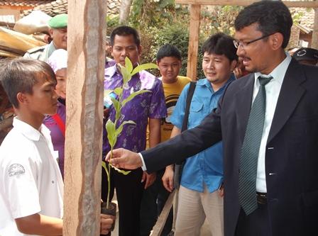 Wakil Bupati Peroleh Bibit Tanaman dari Pelajar.