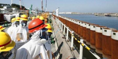 Foto ini diambil pada 19 September 2013. PM Jepang Shinzo Abe sedang meninjau tembok yang berasal dari pipa baja dibangun di sepanjang pesisir dekat dengan PLTN Fukushima yang rusak karena diterjang tsunami dan gempa pada 2011. (AFP/Japan Pool/AFP/File).