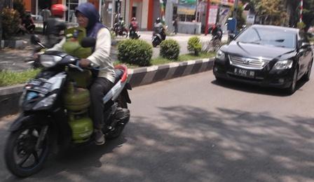 Kerap Sulitnya Peroleh Gas Elpiji Kemasan Tiga Kilogram.(Foto: John Doddy Hidayat).