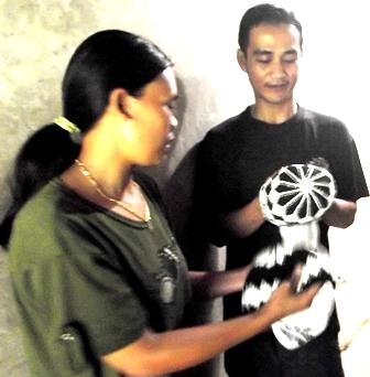 Jafar Bersama Istrinya Tunjukan Produk Peci Sulaman Dikerjakan Manual.