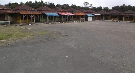 Sekitar Sepuluh Kios di Pinggir Pelataran Parkir Gunungapi Papandayan, Dibangun Pemkab Garut Pada 1991, Rabu Lalu Sempat Dibakar Massa.