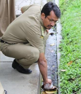 Contoh Soal Wakil Bupati Garut, Helmi Budiman Memungut Sampah Plastik. (Foto : John Doddy Hidayat).