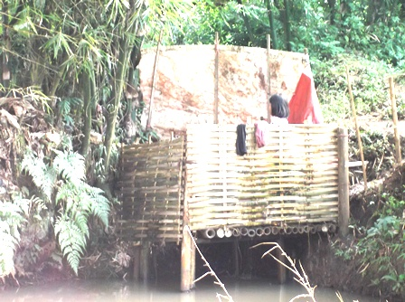 Nyaris pada seluruh desa bahkan Kelurahan di Kabupaten Garut, banyak penduduknya buang air besar sembarangan akibat tak memiliki septik tank atawa MCK yang memadai.