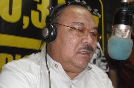 Berdialog Interaktif di Radio Penyiaran Intan-FM. (Foto : John Doddy Hidayat).