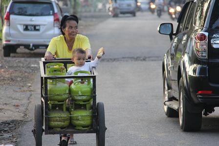 Mencari Gas Sekaligus Mengasuh Cucu. (Foto : John Doddy Hidayat).