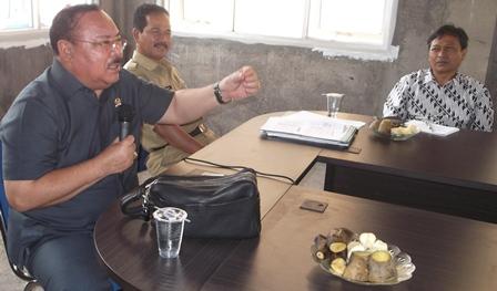 Mayjen TNI (Purn) Supiadin As Didampingi Kepala Badan Ketahanan Pangan Kabupaten Garut, Ir H. Eddy Muharam, M.Si. (Foto : John Doddy Hidayat).