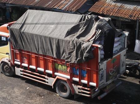 Garut Dipasok Produk Beras Cirebon, Senin (23/03-2015) Pagi. Foto: John Doddy Hidayat).