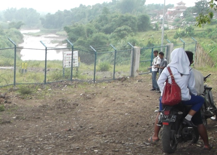 Ilustrasi. Berduaan di Bendung Copong Garut, Saat Jam Kuliah. (Foto : John Doddy Hidayat).