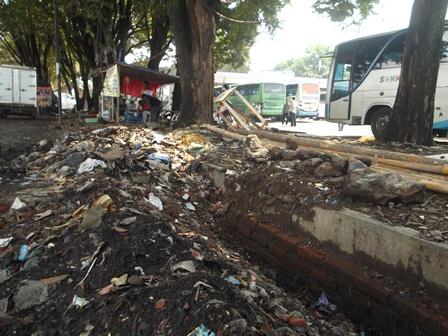 Terminal Guntur Menjadi Semakin Kumuh dan Banyak Bertebaran Sampah.