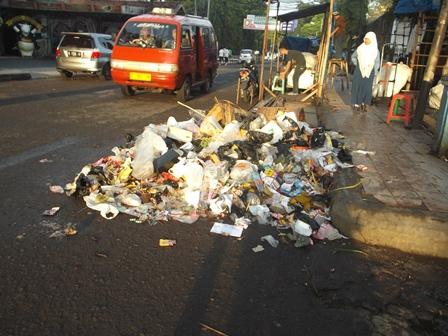 Tumpukan Sampah Masih Kerap Tersebar Pada Banyak Lokasi di Perkotaan. (Foto : John Doddy Hidayat).