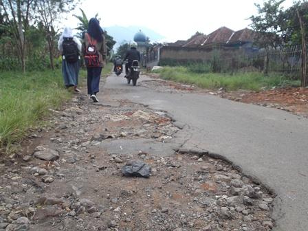 Banyak Titik Lokasi Linatasan Jalan Berhotmix Terkelupas.