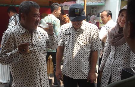 Nyaris Bersamaan Bupati Rudy Gunawan Nikmati Minuman Segar pada Ajang Gebyar Promosi UMKM.