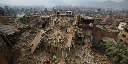 Tim penyelamat melakukan pencarian di tengah puing-puing bangunan yang runtuh di Distrik Bhaktapur. (Niranjan Shrestha/ASSOCIATED PRESS).