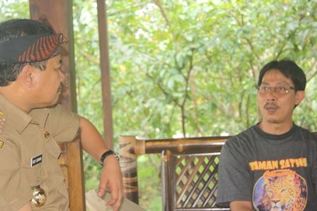 Bupati Berdialog Dengan Manager Taman Satwa Cikembulan.