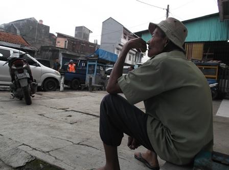 Seorang Penduduk Desa Menjadi Kuli di Pasar Ciawitali Guntur, Garut, Mengaku Tak Paham Dengan Pilkades Serentak.