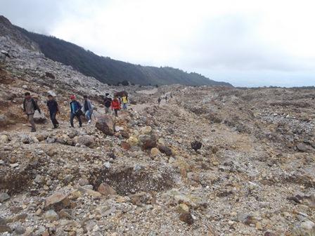 Hamparan Perbukitan Kaldera Gunungapi Papandayan.