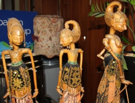 Ilustrasi. Bermain Boneka Wayang. (Foto : John Doddy Hidayat).