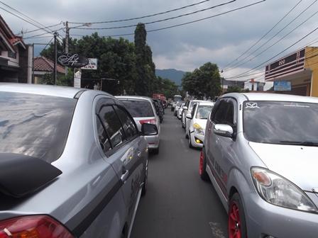 Arus Lalulintas Padat Tersendat Mengepung Nyaris Seluruh Lintasan Ruas Jalan di Kota Garut. Sabtu (04/04-2015).