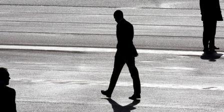 Presiden AS Barack Obama berjalan melintasi dua agen Secret Service di Bandara Schipol, Belanda.Tiga anggota Secret Service dipulangkan dari Belanda setelah ketahuan mabuk-mabukan sehari sebelum kedatangan Obama. (PETER DEJONG / POOL / AFP).