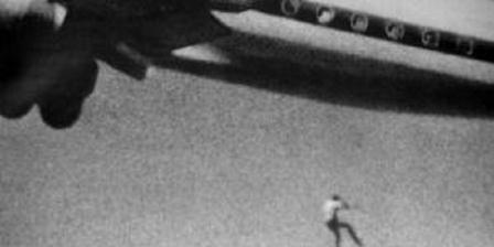 Keith Sapsford jatuh dari pesawat Japan Airlines rut Sydney-Tokyo pada Februari 1970 setelah terbang ilegal di ruang roda pesawat. (John Glipin/News24).