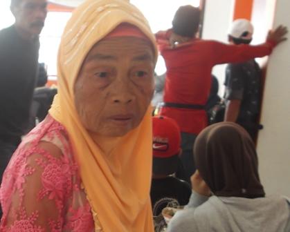 Tua Renta Tergopoh-gopoh Datangi Kantor Pos Garut, Ahad (12/04-2015) Siang.