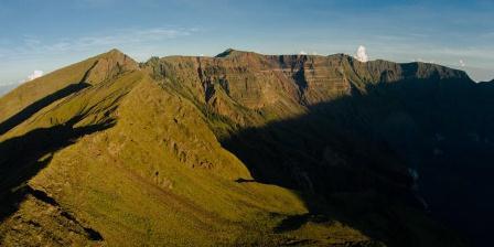 Lanskap kaldera Gunung Tambora, Dompu, Nusa Tenggara Barat, Senin (23/3/2015). Kaldera Gunung Tambora memiliki diameter 7 km dan kedalaman 1 km. Kaldera terbentuk akibat letusan dahsyat pada tahun 1815. (KRISTIANTO PURNOMO).