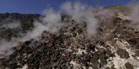 Asap solfatara keluar dari Doro Afi Toi atau gunung api kecil yang tumbuh di dasar kaldera Gunung Tambora di Dompu, Nusa Tenggara Barat, 25 Agustus 2014. Gunung Tambora meletus dahsyat pada 10 April 1815 menyisakan kaldera seluas 7 kilometer dengan kedalaman 1 kilometer. (KOMPAS.com / FIKRIA HIDAYAT).