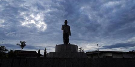 Monumen Patung Mohammad Hatta, proklamator Republik Indonesia (RI), berdiri kokoh di kompleks situs penjara dan kamp pengasingan Boven Digoel di Tanah Merah, Distrik Mandobo, Kabupaten Boven Digoel, Senin (13/4/2015). Sebagian bangunan bekas penjara dan kamp pengungsian masih terawat hingga sekarang, tetapi rumah-rumah pengasingan lain telah berubah fungsi dan rusak. (KOMPAS/ALOYSIUS BUDI KURNIAWAN).