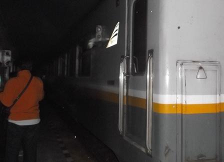Ilustrasi. Transaksi Badani Kerap Berlangsung Di antara Rangkaian Gerbong Kereta Api. (Foto: John Doddy Hidayat).