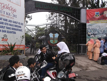 Mengintip Upacara Sambil Kongkow-Kongkow Seputar Pelataran Pintu Gerbang Kantor Bupati Garut.
